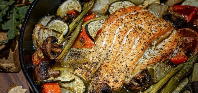 salmao no forno com legumes