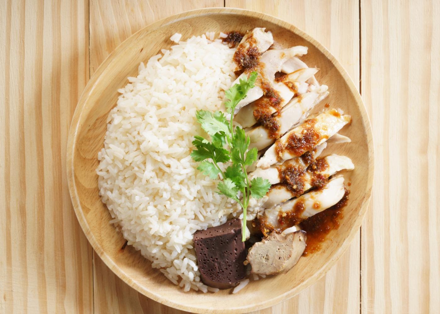 Bife de frango grelhado com arroz servido num prato
