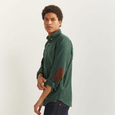 homem com camisa verde