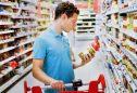 Homem a analisar rótulos dos alimentos no supermercado