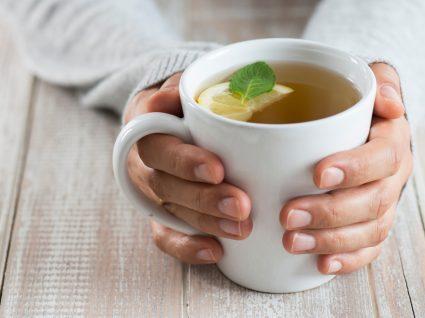 Dieta para gastroenterite: mulher a beber chá