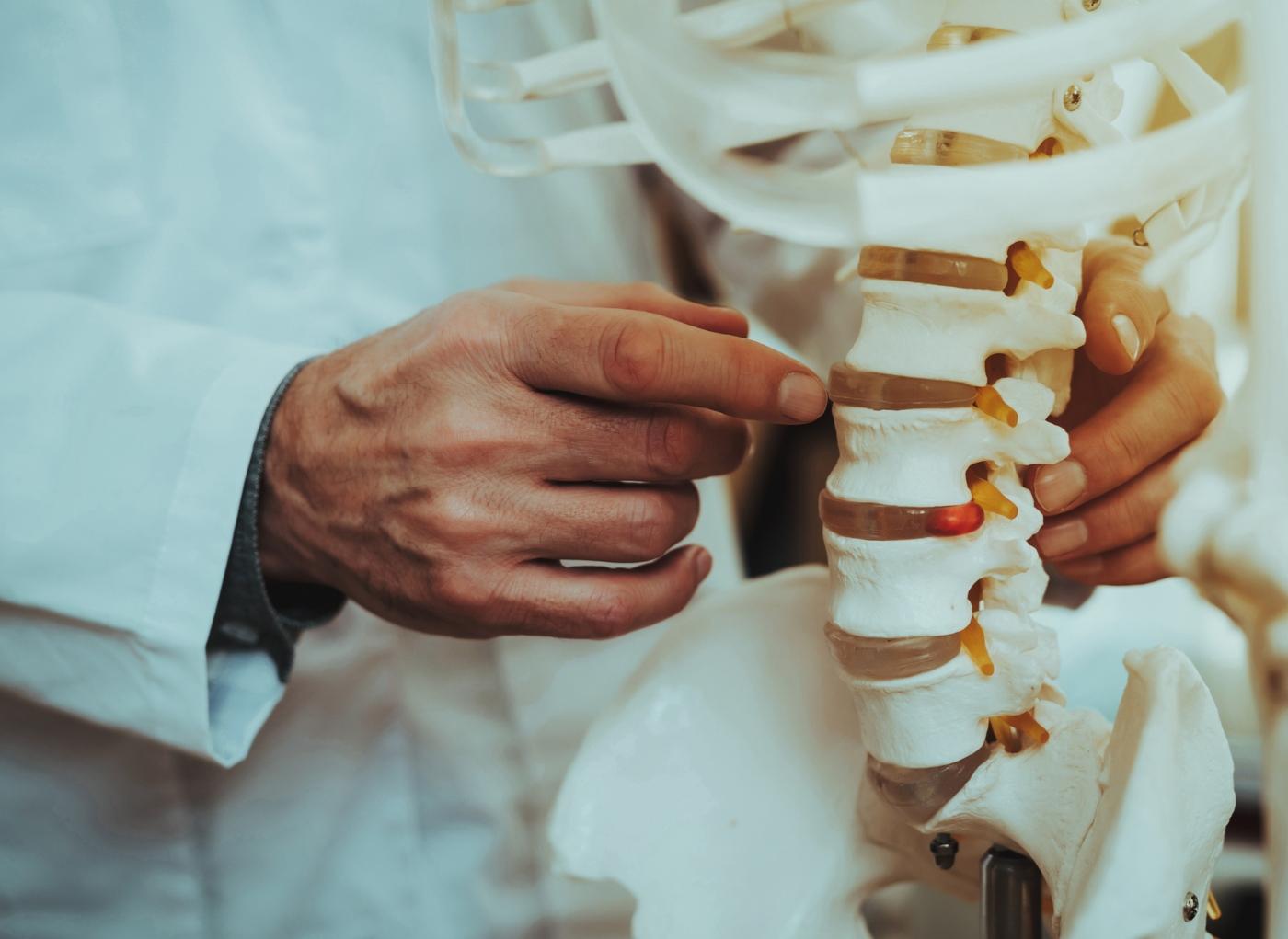 Dor nas costas no lado esquerdo: possíveis causas