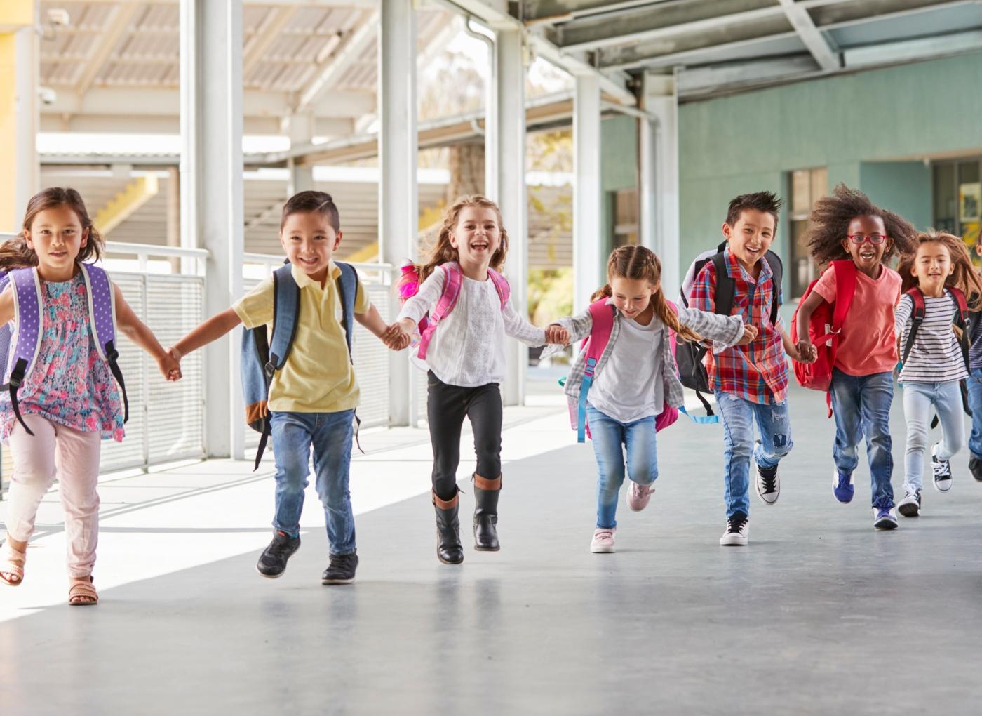 Crianças de mãos dadas na escola