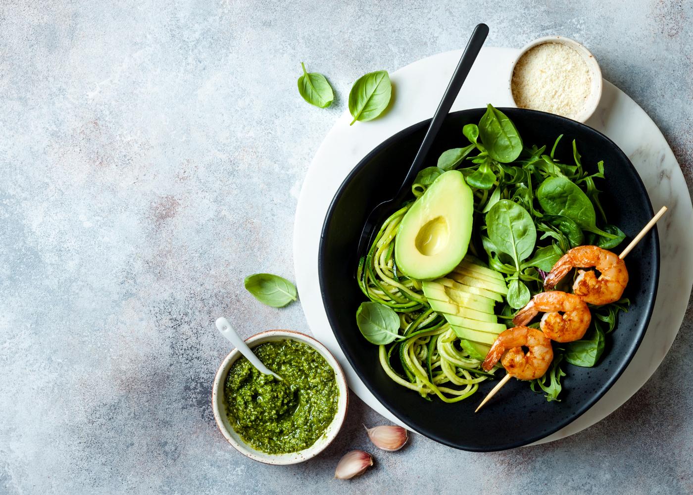 refeicoes rapidas e saudaveis esparguete de curgete com pesto de abacate e camarao