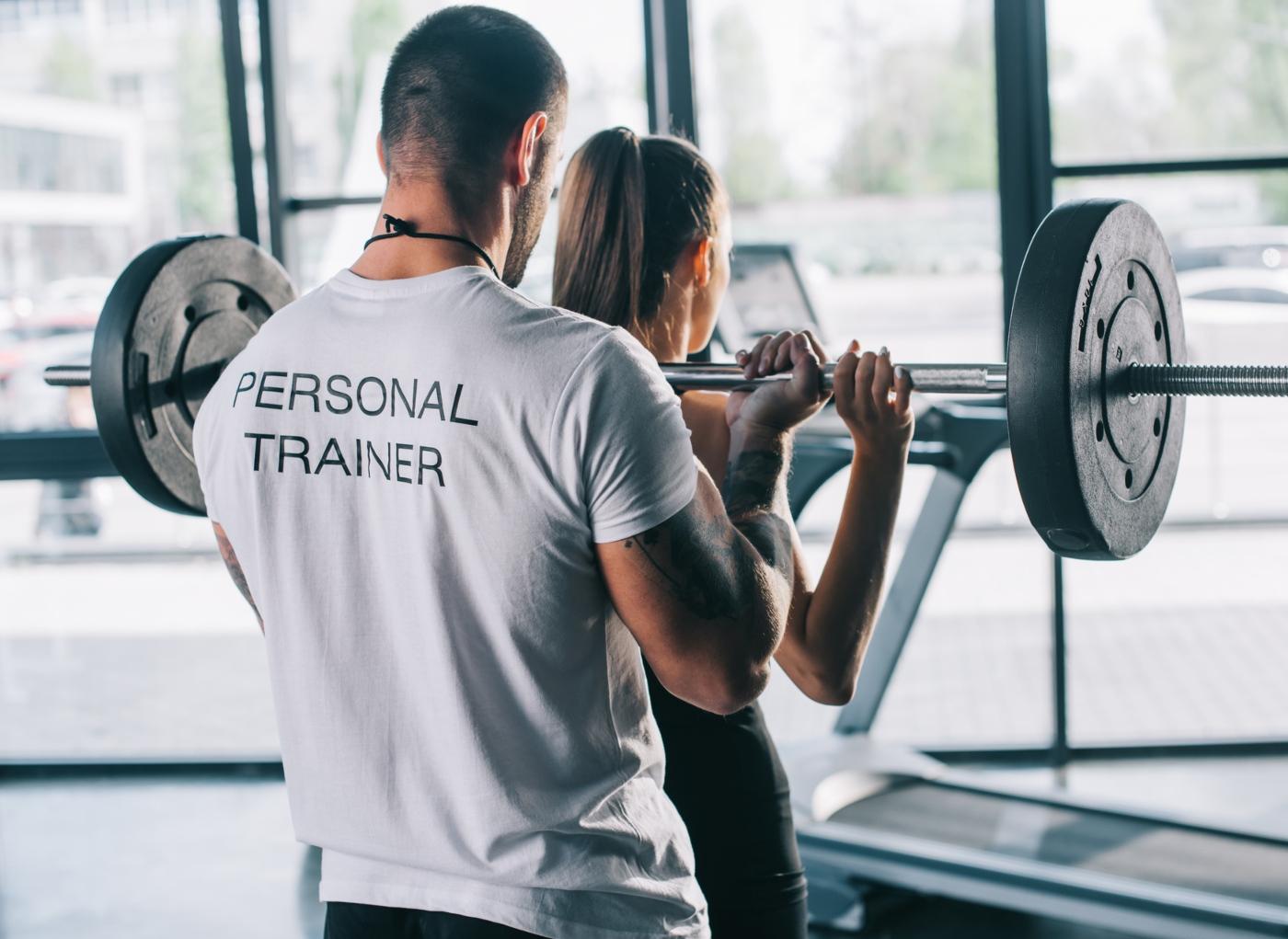 Personal trainer a pôr em prática plano de treino de força