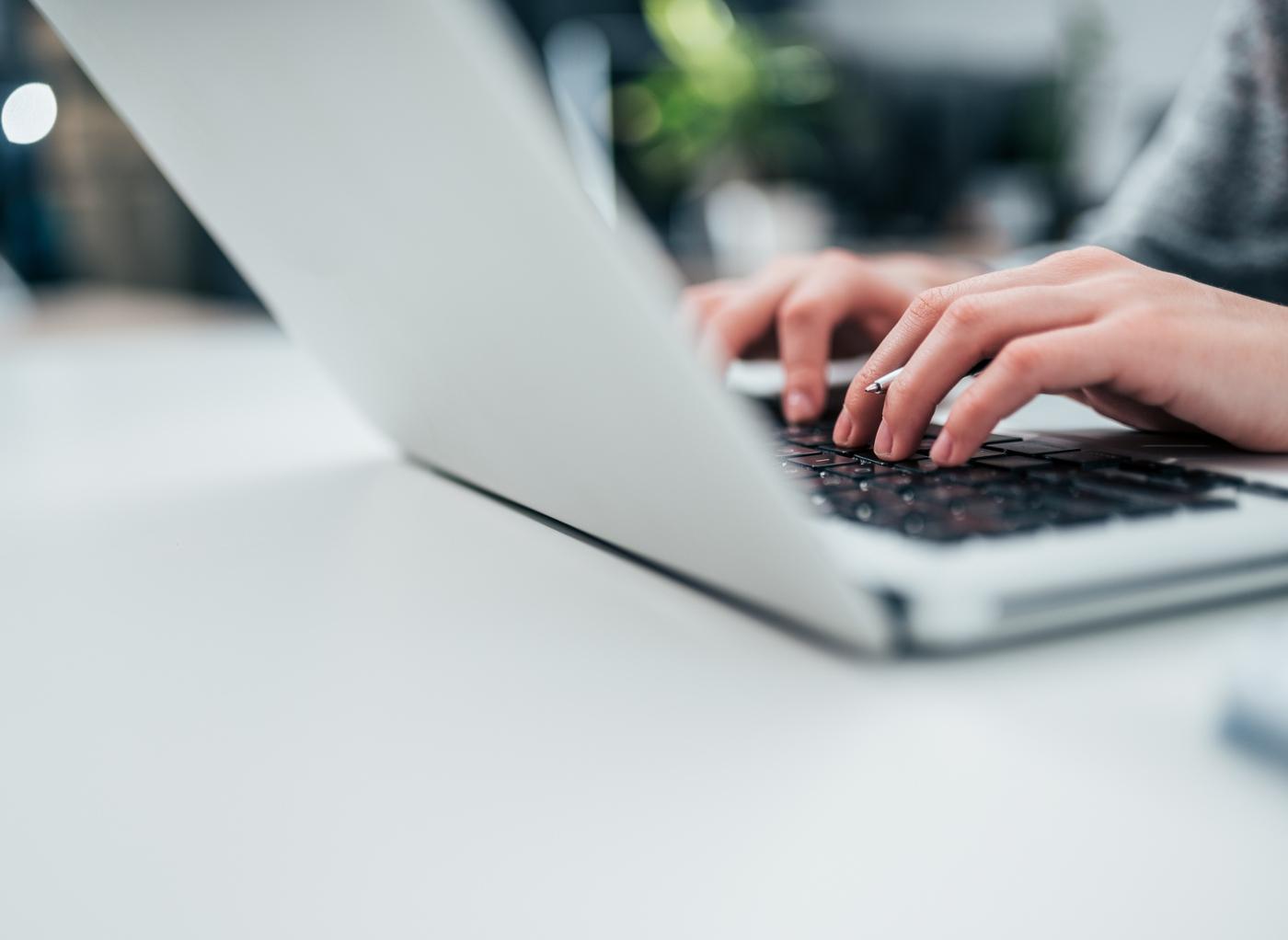 Mulher a fazer pesquisas online