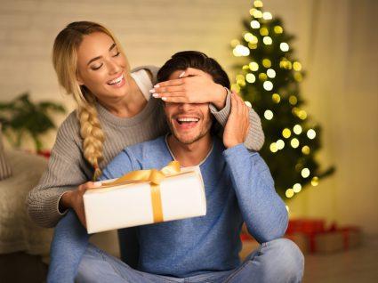 rapariga a oferecer prenda de natal a rapaz