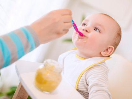 Receitas para bebés: mãe a alimentar bebé