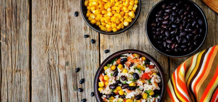 como saber se um alimento tem gluten tigelas com milho e feijao