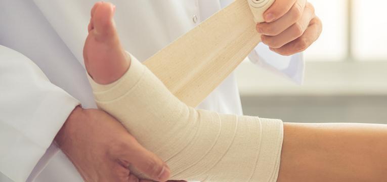 Médico a tratar entorse de tornozelo