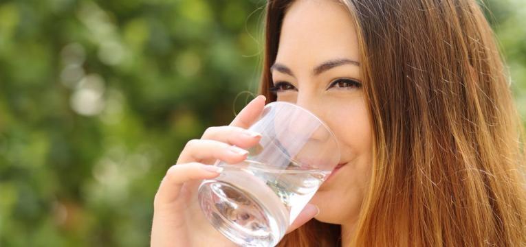 beber agua fresca ou natural