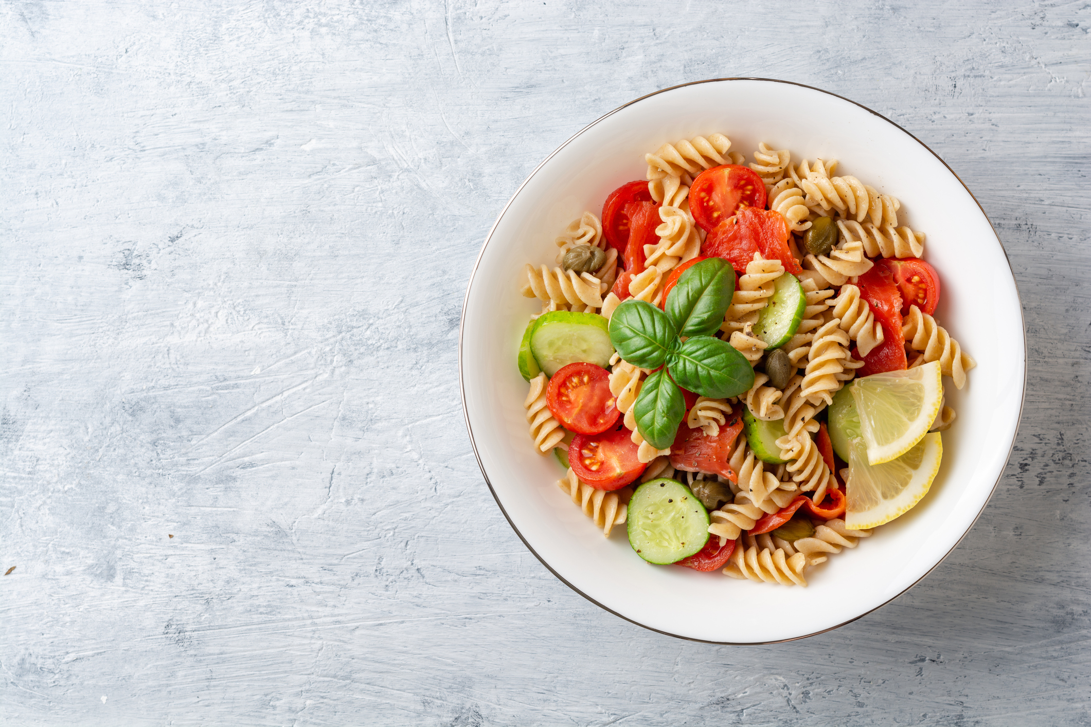 receitas de massas saudaveis salada de peixe com massa e vegetais