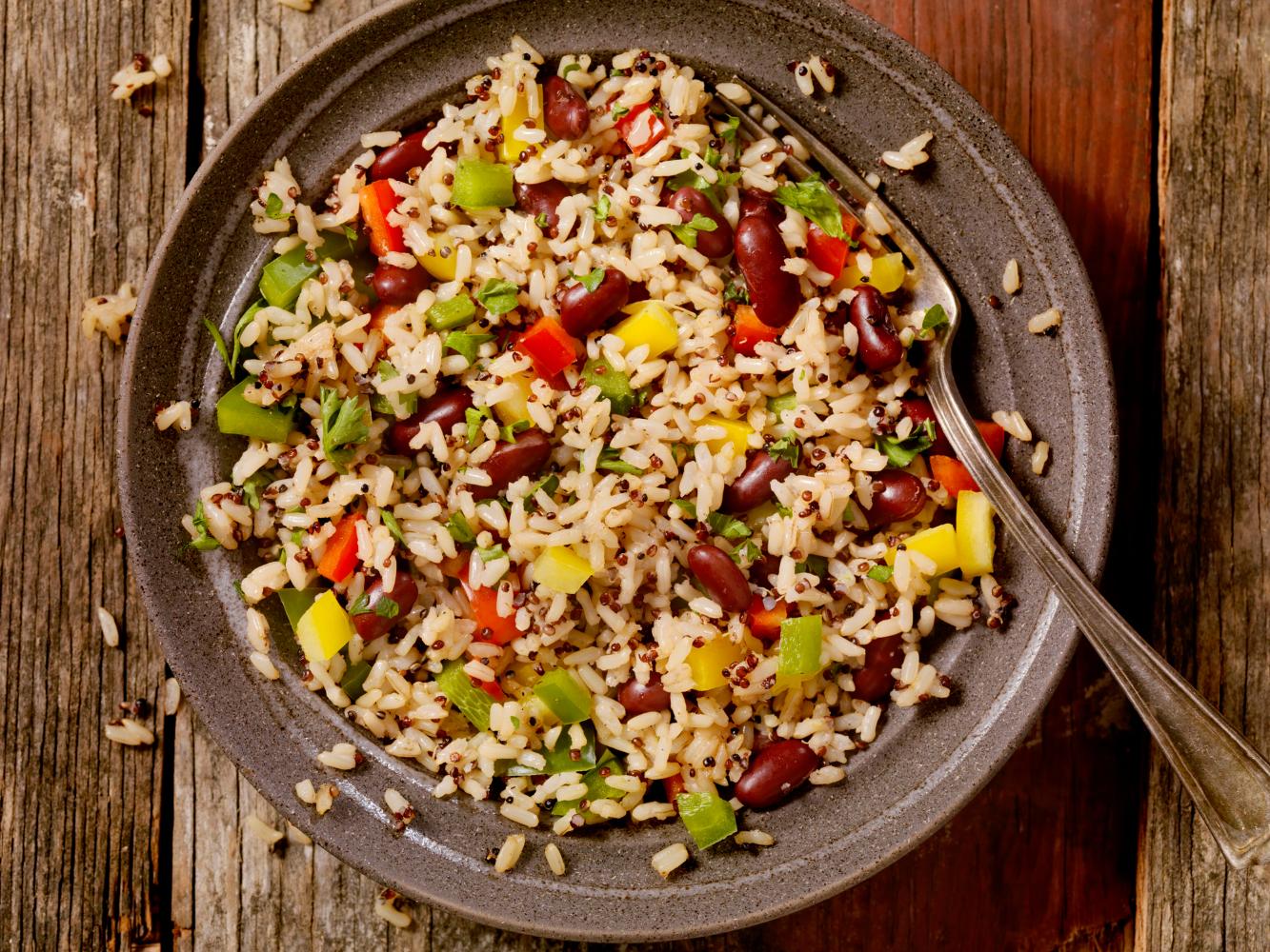 arroz com feijão e pimentos