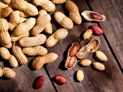 Amendoins em cima de uma mesa de madeira