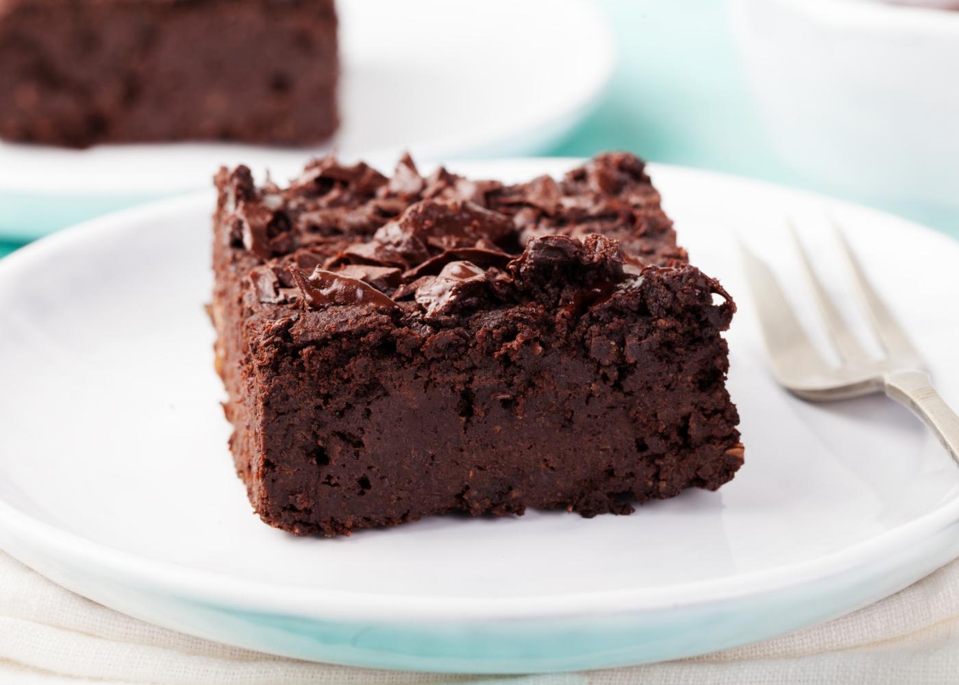 Fatia de bolo de chocolate com batata-doce e aveia