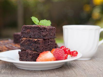 Fatias de bolo de chocolate e batata-doce num prato