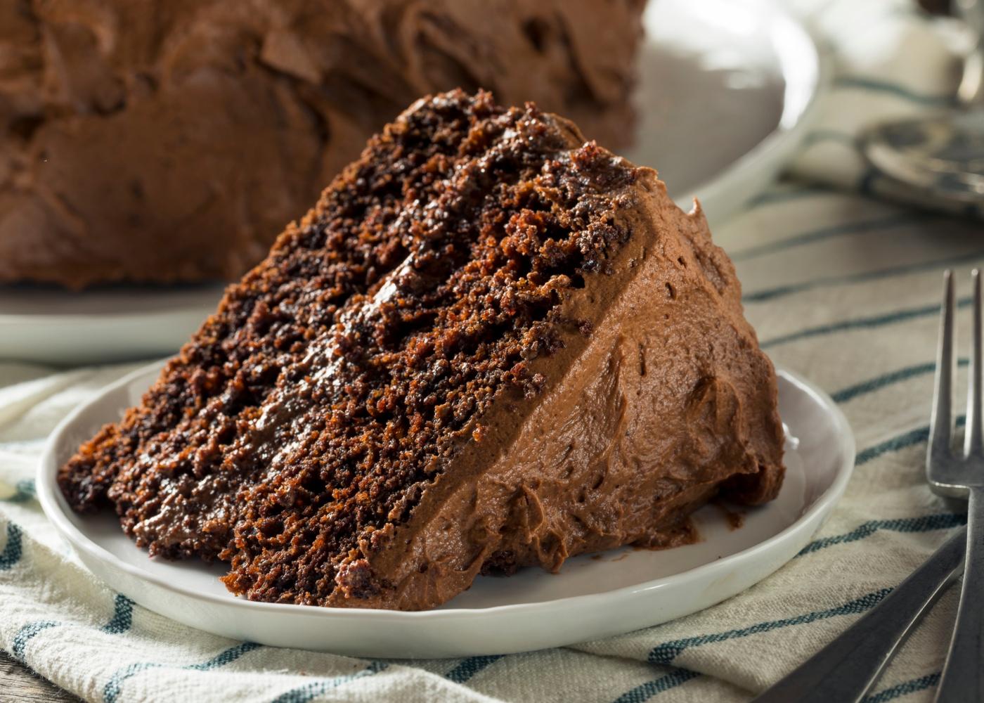 Fatia de bolo de mousse de chocolate com batata-doce