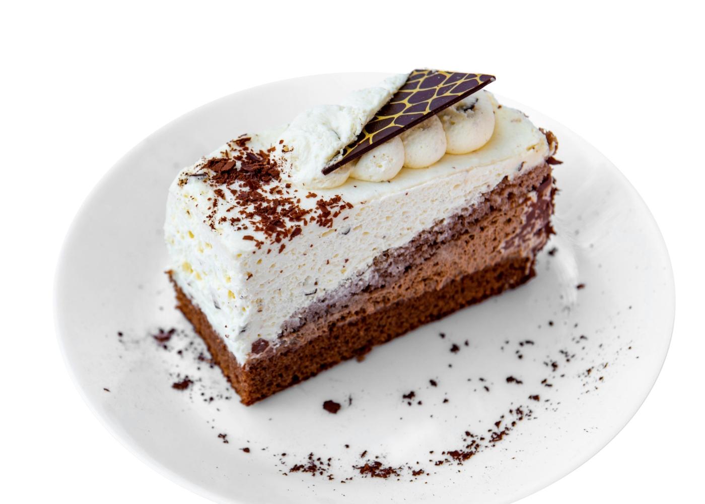Bolo de mousse de chocolate decorado com natas