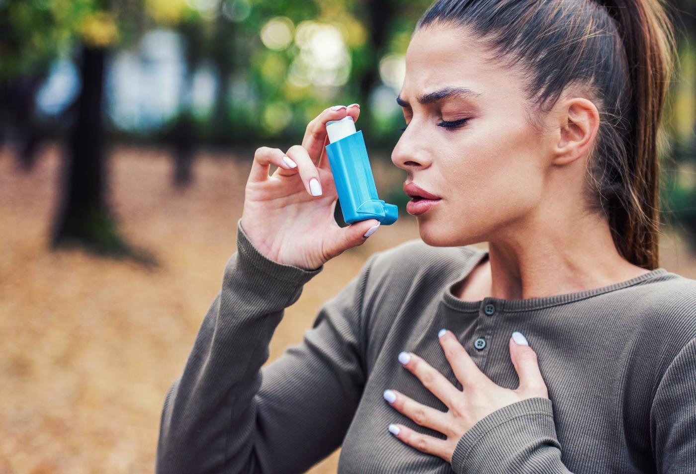 Mulher a utilizar um inalador de asma