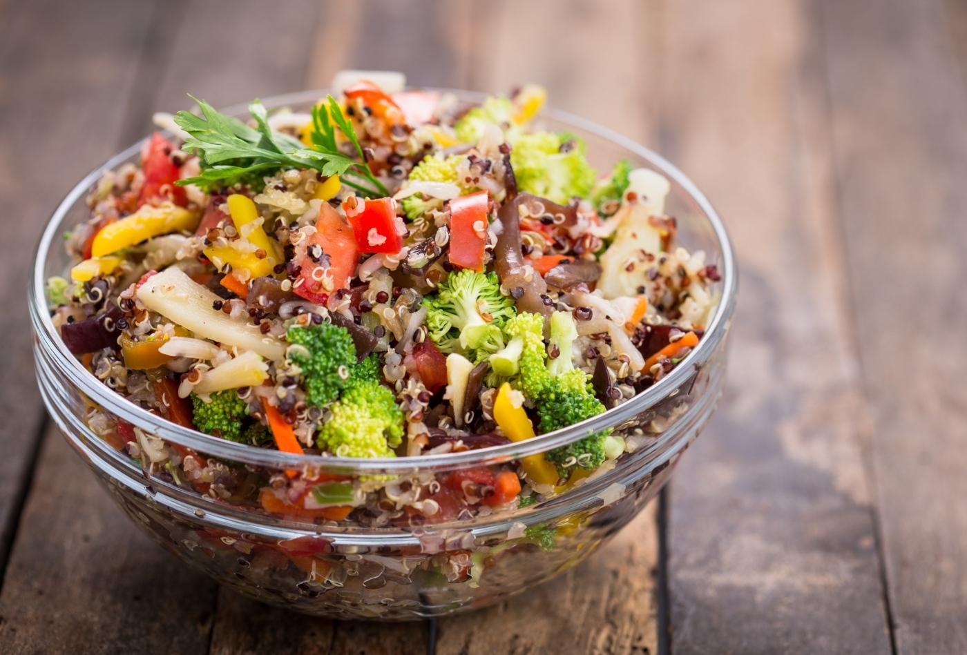 Cogumelos com legumes salteados e quinoa