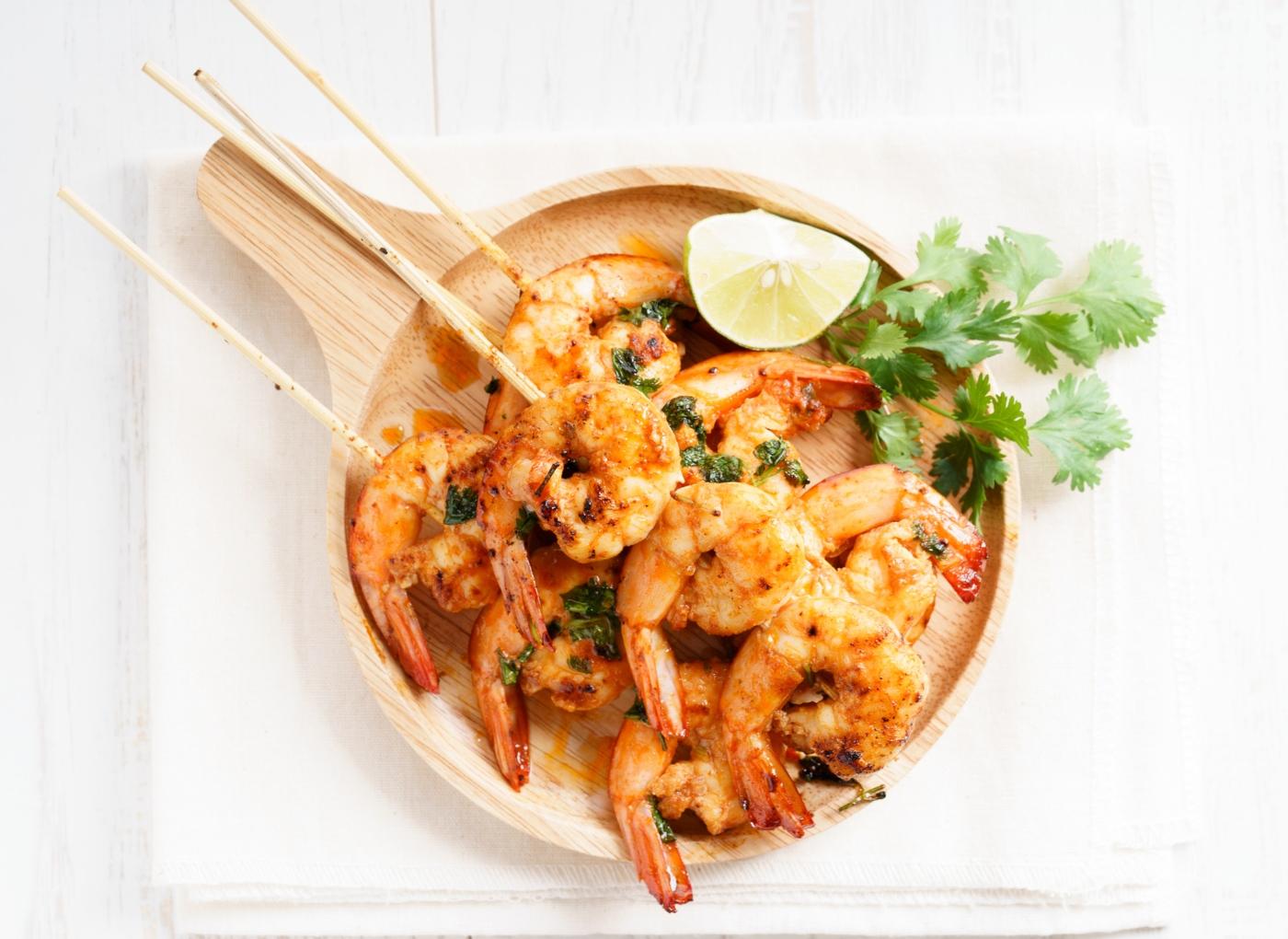 Almoços saudáveis: espetadas de camarão com satay