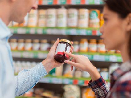 Semáforo nutricional: casal a ler rótulo de alimento no supermercado