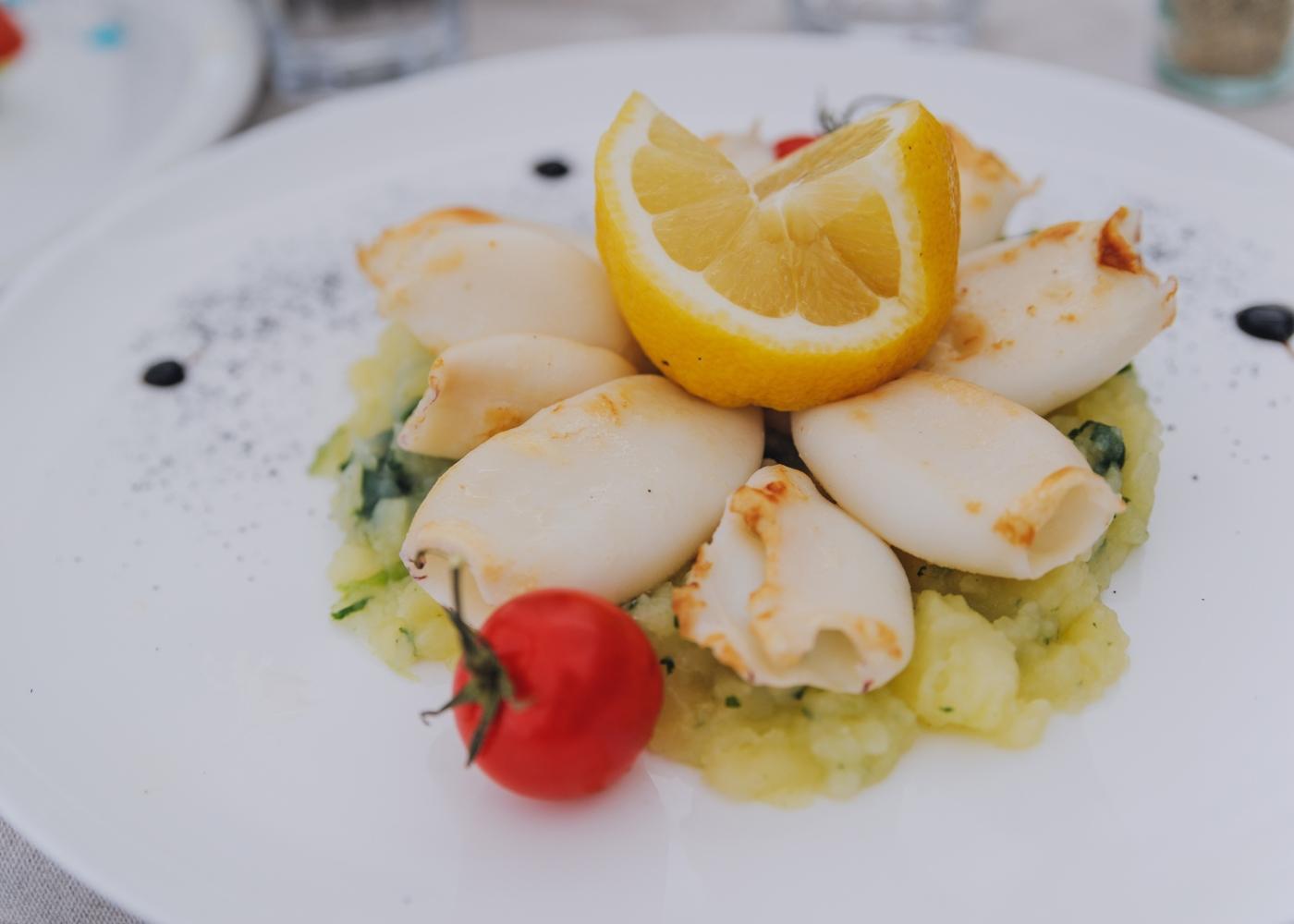 prato com lulas recheadas e limão