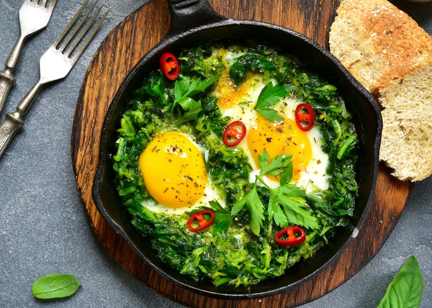 receitas saudáveis para jantar: ovos escalfados em cama de espinafres