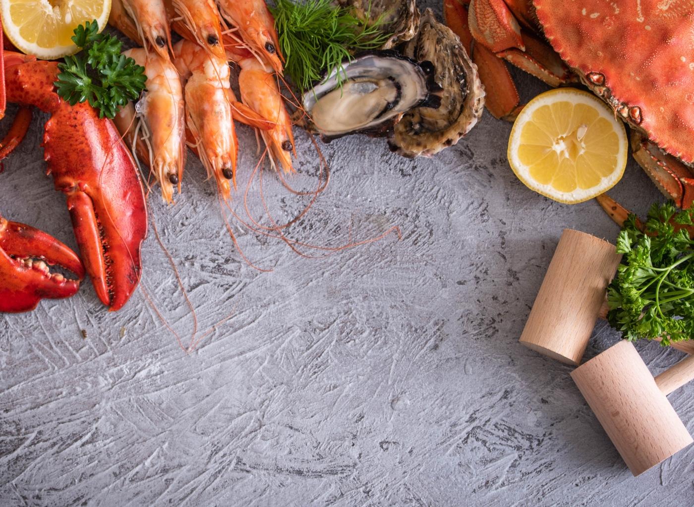 Variedade de marisco em cima de mesa