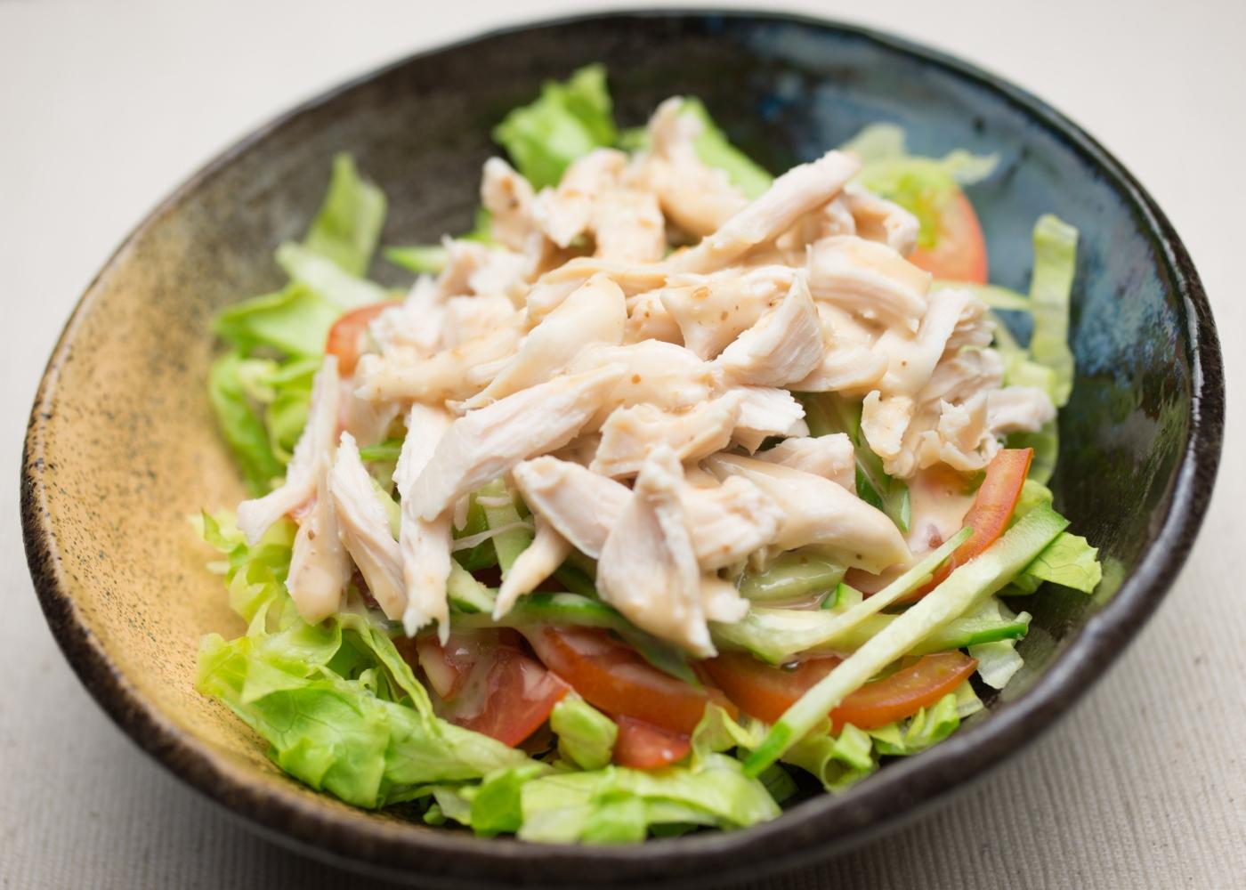 salada com alface, tomate e frango desfiado