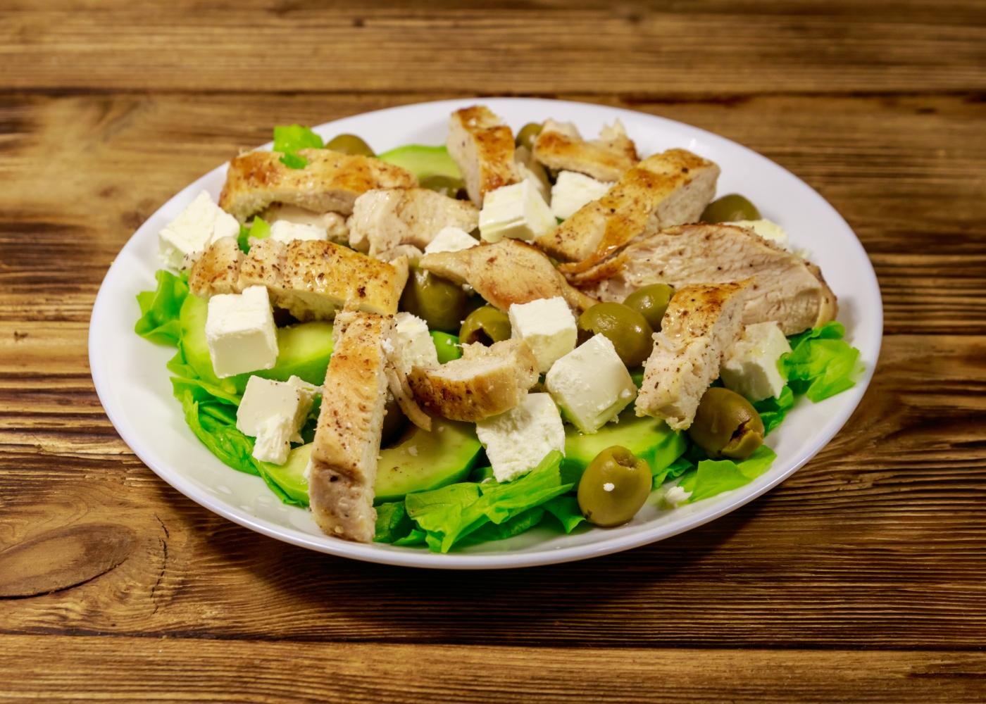 salada de frango e abacate com queijo feta