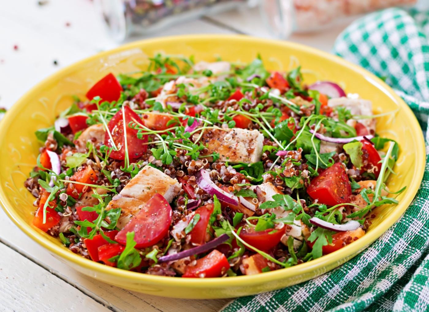 Receitas com quinoa: salada de quinoa, tomate e mozarella