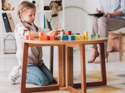 crianca com epilepsia infantil a brincar em sessao de terapia