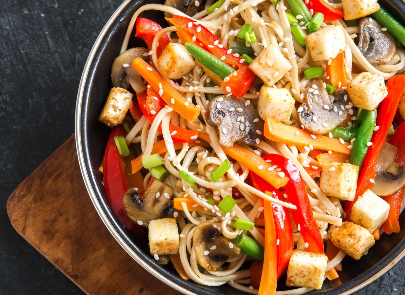 Tofu com legumes salteados