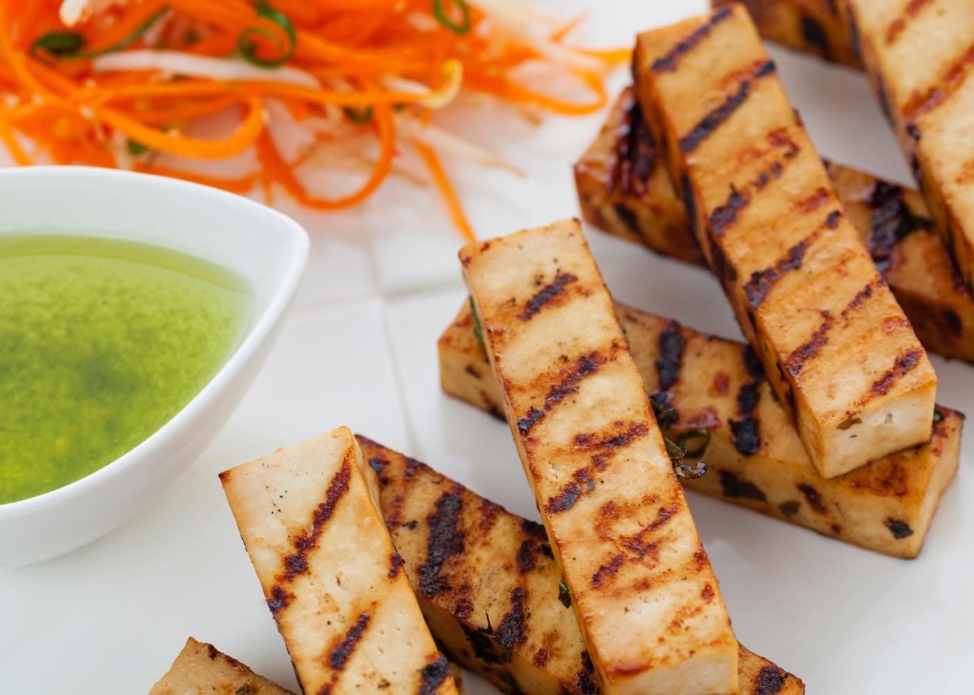 diferentes e apetitosas receitas de tofu grelhado