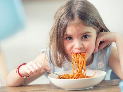 Alergias alimentares mais comuns na infância: criança a comer esparguete