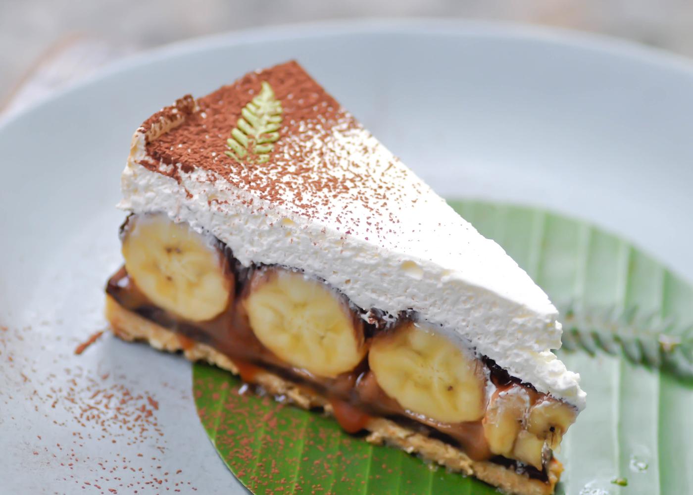 fatia de bolo de banana e manteiga de amendoim com chocolate