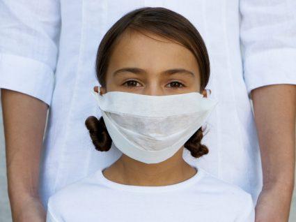 COVID-19: criança com máscara protetora