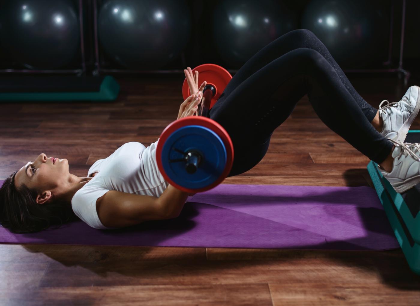 exercícios para pernas e glúteos: elevação pélvica com barra