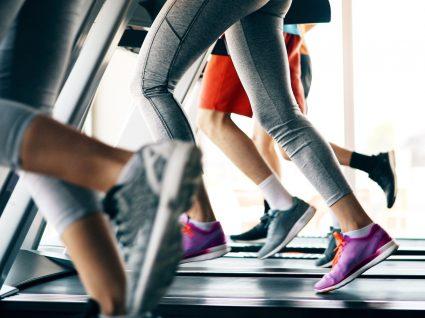 Grupo de pessoas a fazer exercícios de cardio em jejum