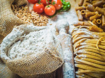 massa fresca com tomate e saco de farinha