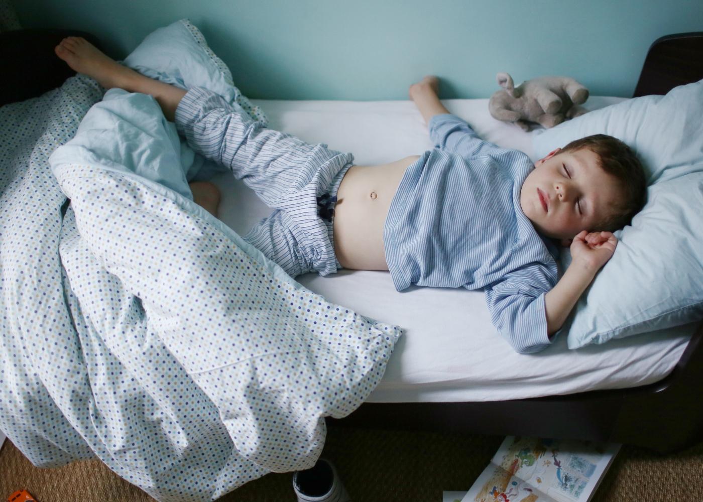 Enurese noturna: rapaz a dormir