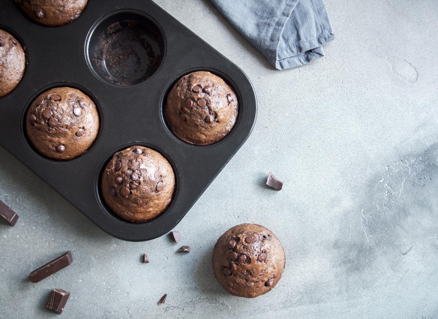 Muffins de chocolate vegan com tâmaras a sair do forno