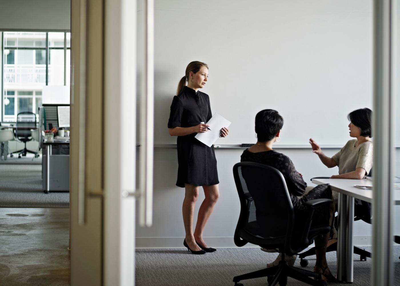Ansiedade social: mulher a ser avaliada pelos seus pares