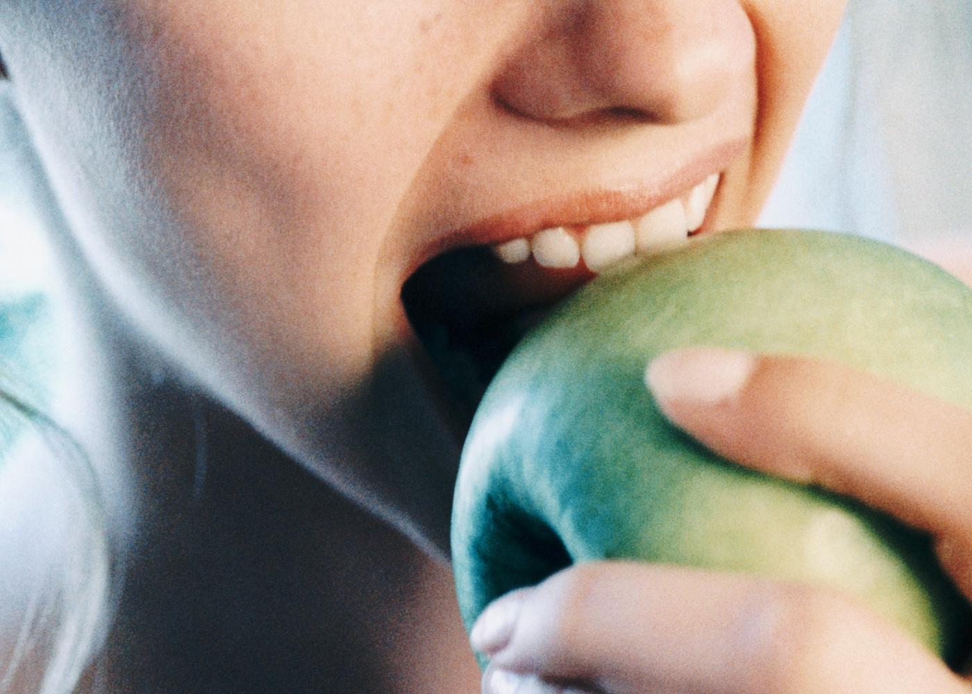 Comer de 3 em 3 horas: mulher a comer maça