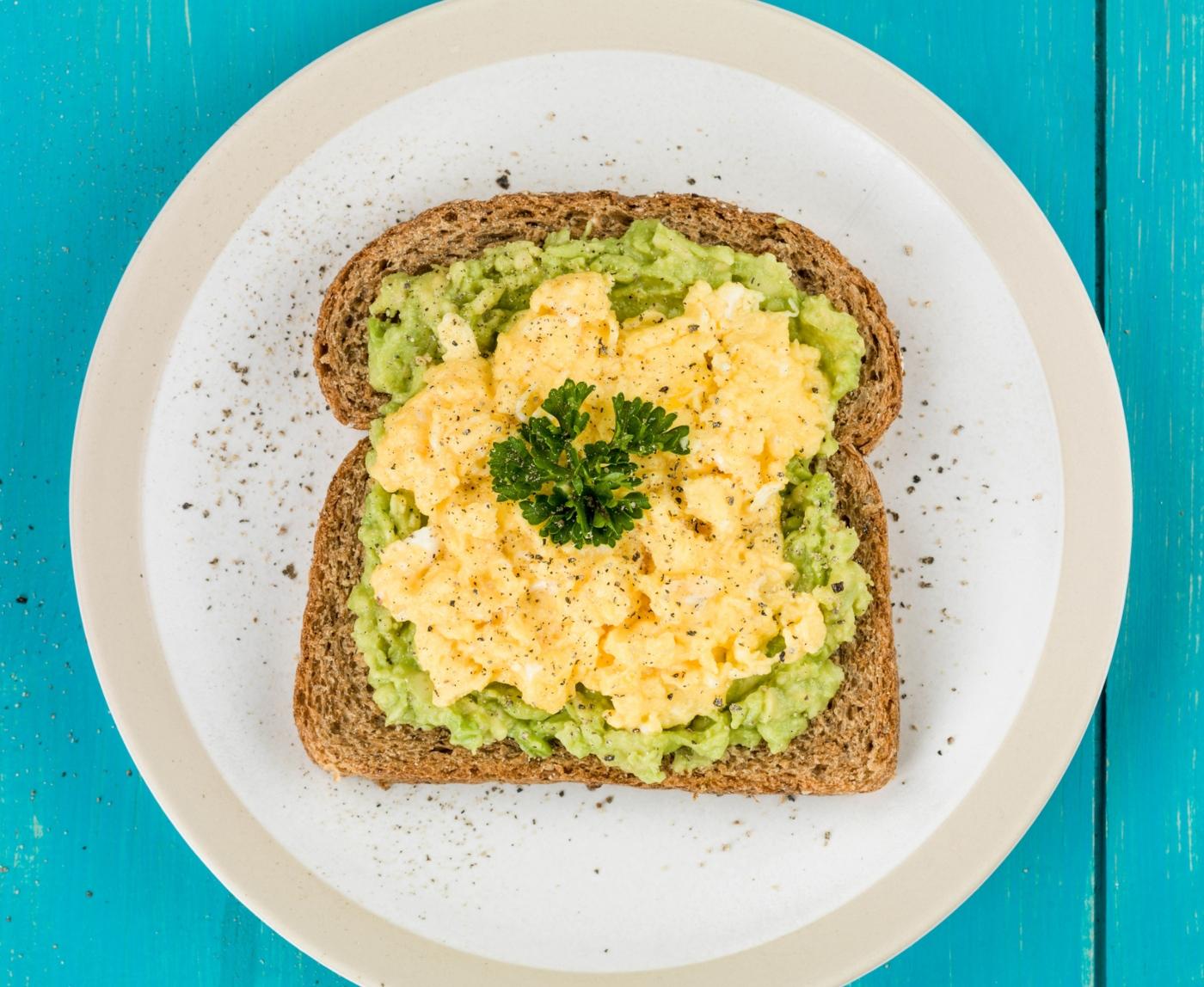 Pequenos-almoços ricos em proteína: ovos mexidos e abacate