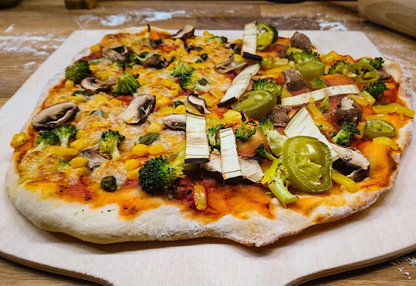 Pizza vegan colorida e agridoce