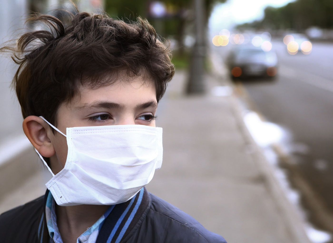 COVID-19: rapaz com máscara protetora