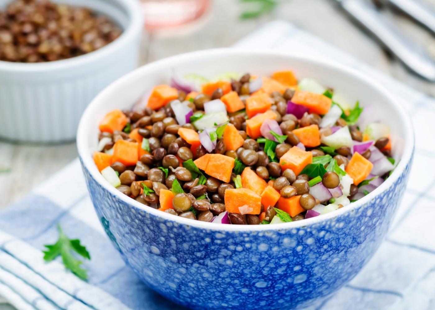 Receitas com leguminosas: salada de lentilhas e batata-doce