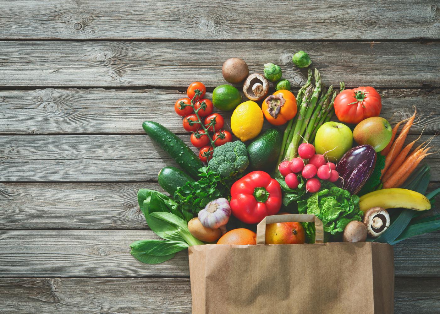 saco de papel com alimentos saudáveis